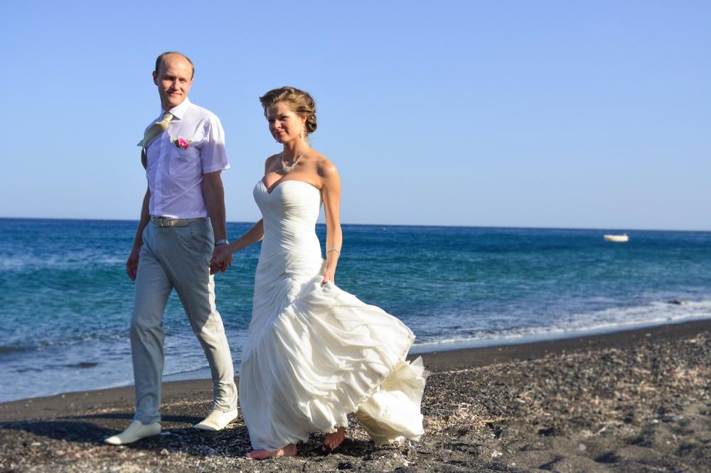 009_Santorini_beach_photo_session_couple_portraits_post-wedding