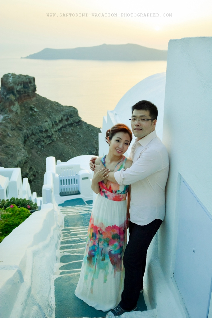 Honeymoon photo session in sunset Santorini photographer Anna Shulte
