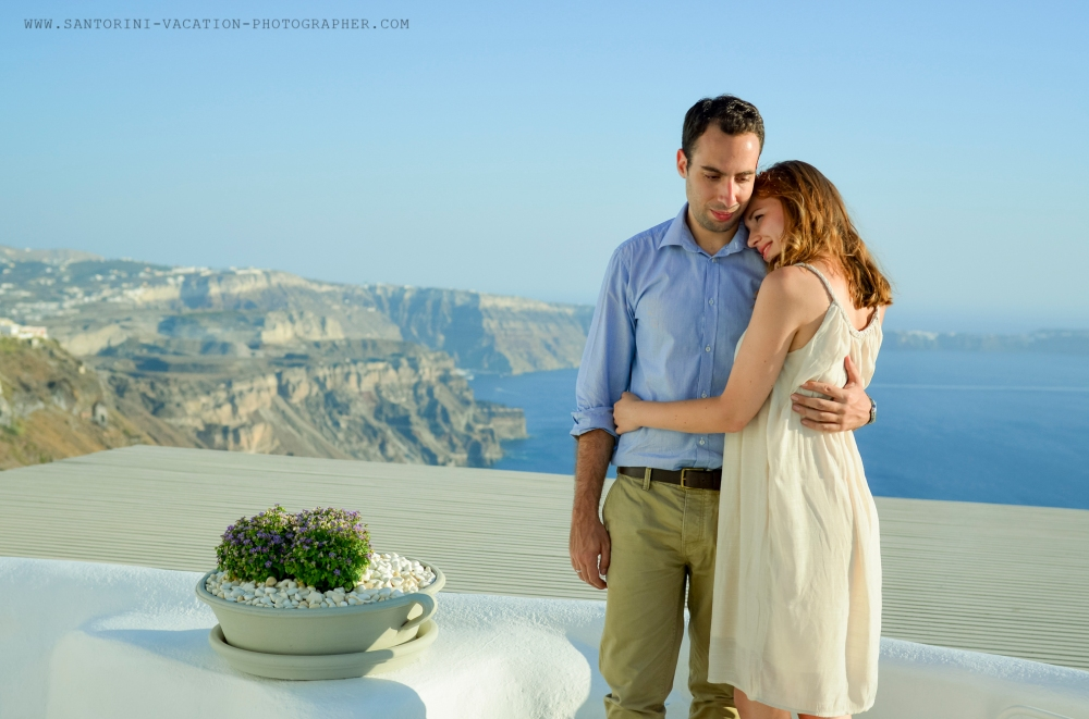 Santorini_photo_session_photographer_couple_in_love-3