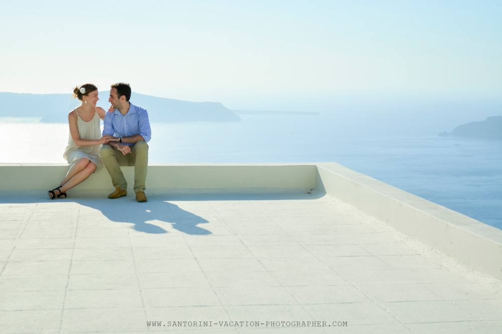 Santorini_photographer_couple_portraits_honeymoon_story-3