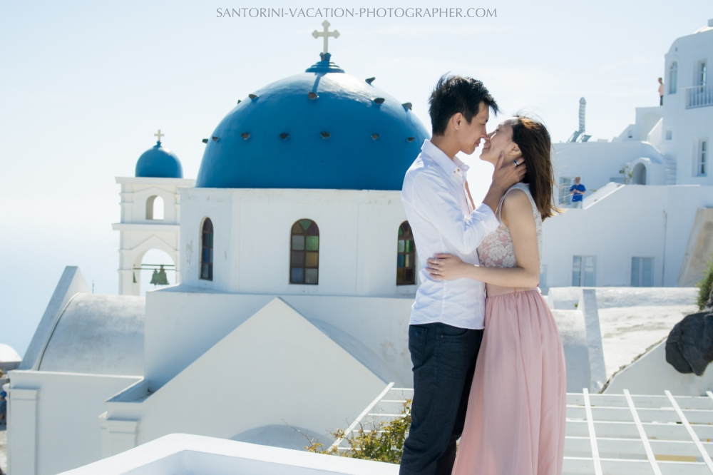 Photo session in font of blue santorini domes