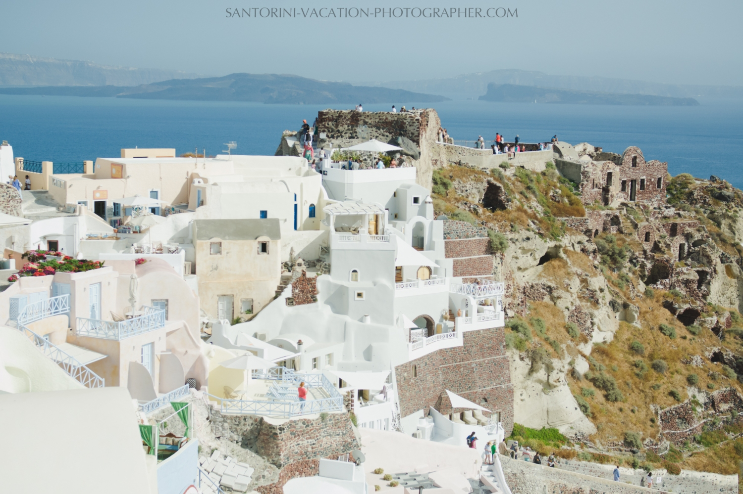 Oia-santorini-village-white-houses-castle-001