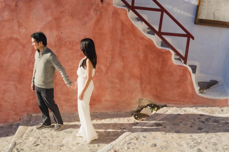 Santorini-photo-session-lifestyle-portrait-romantic-walk-oia-001