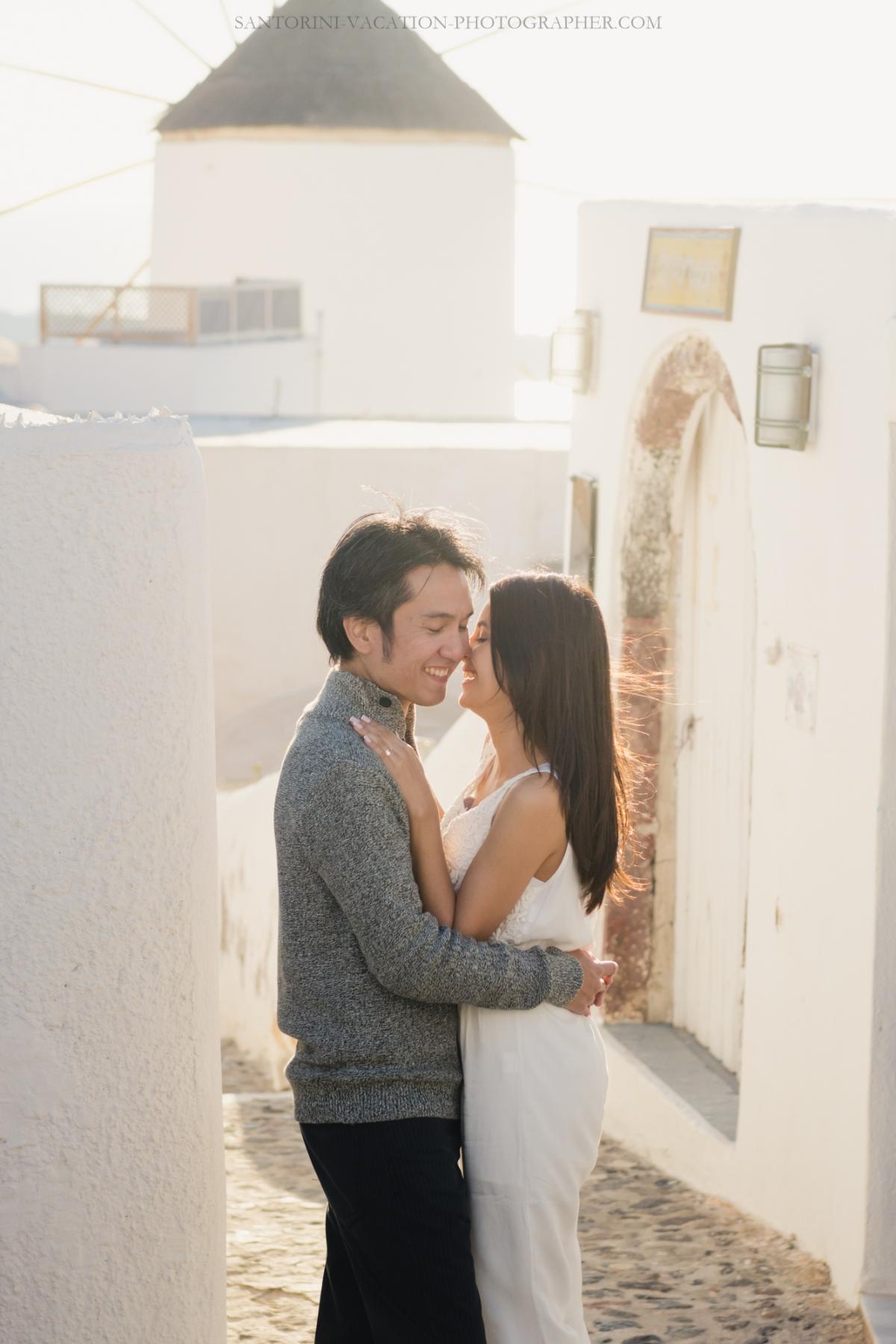 Santorini-photo-session-lifestyle-portrait-romantic-walk-oia-002