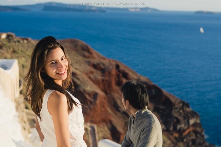 Santorini-photo-session-lifestyle-portrait-romantic-walk-oia-006