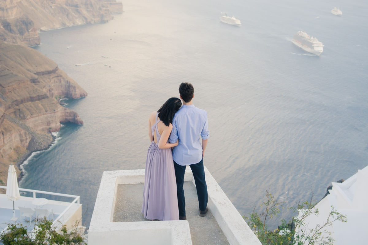 Santorini-photo-shoot-relaxed-natural-soft-couples-session-Anna-Sulte-003