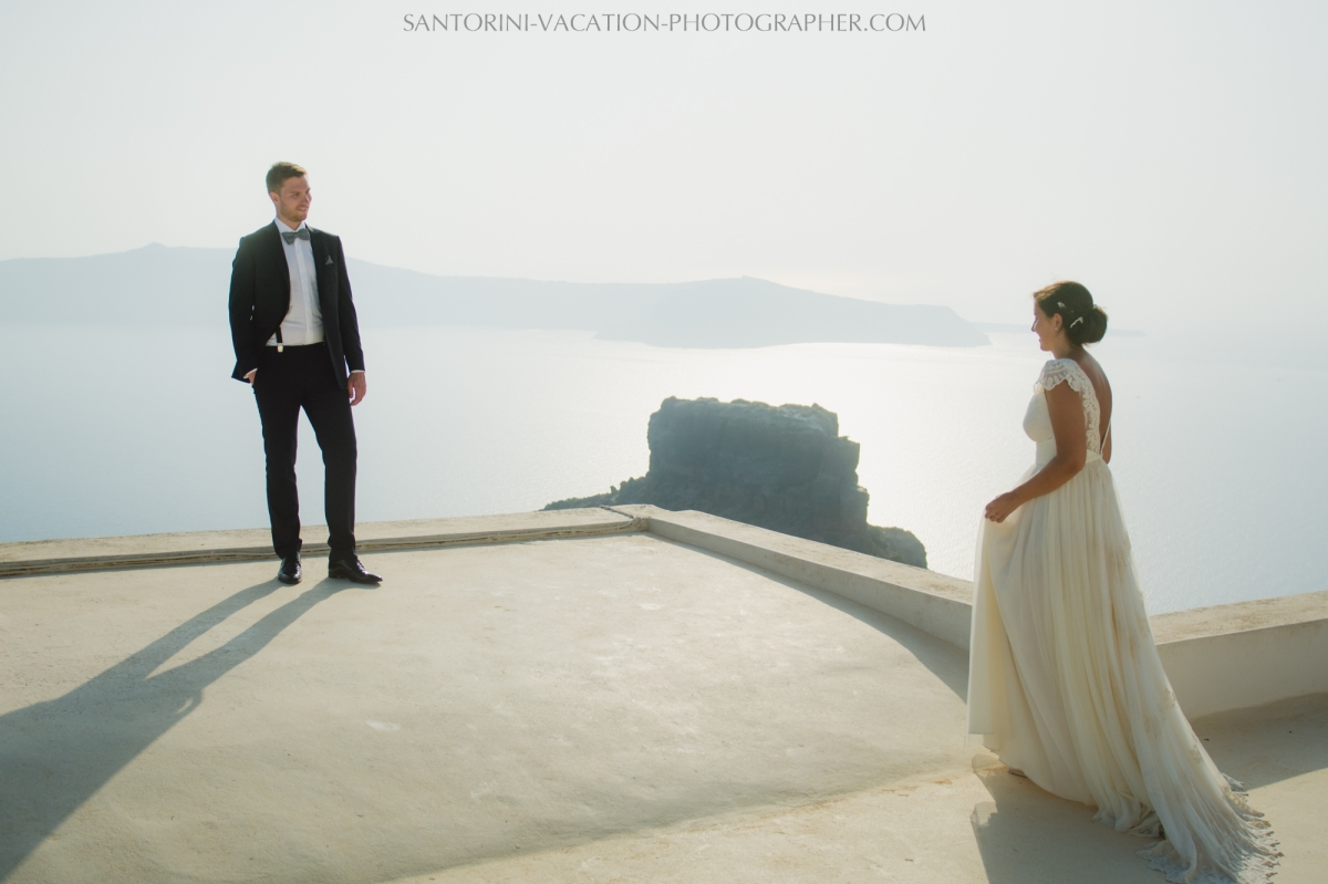 photo-session-santorini-caldera-honeymoon-wedding-dress-2