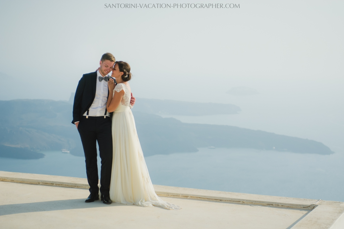 photo-session-santorini-caldera-honeymoon-wedding-dress-3