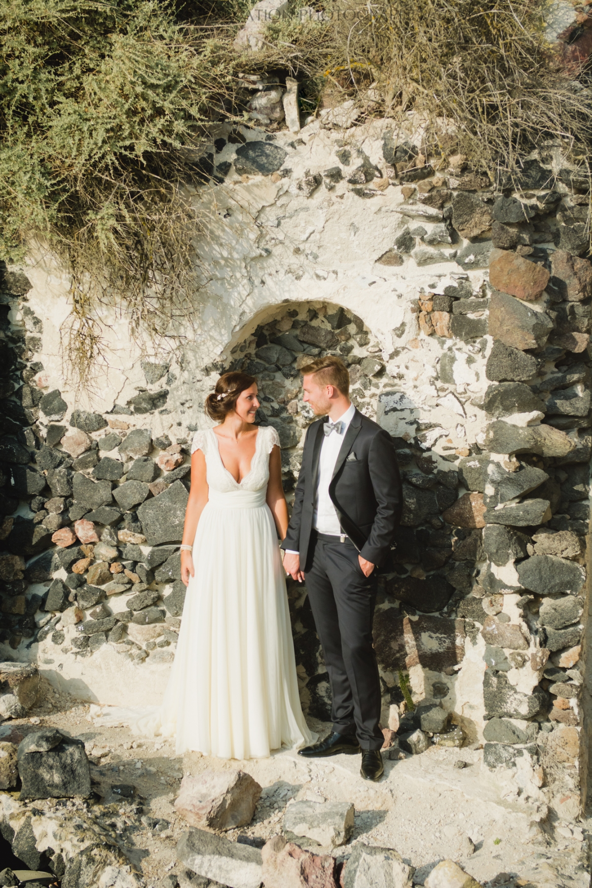 photo-session-santorini-caldera-honeymoon-wedding-dress-5