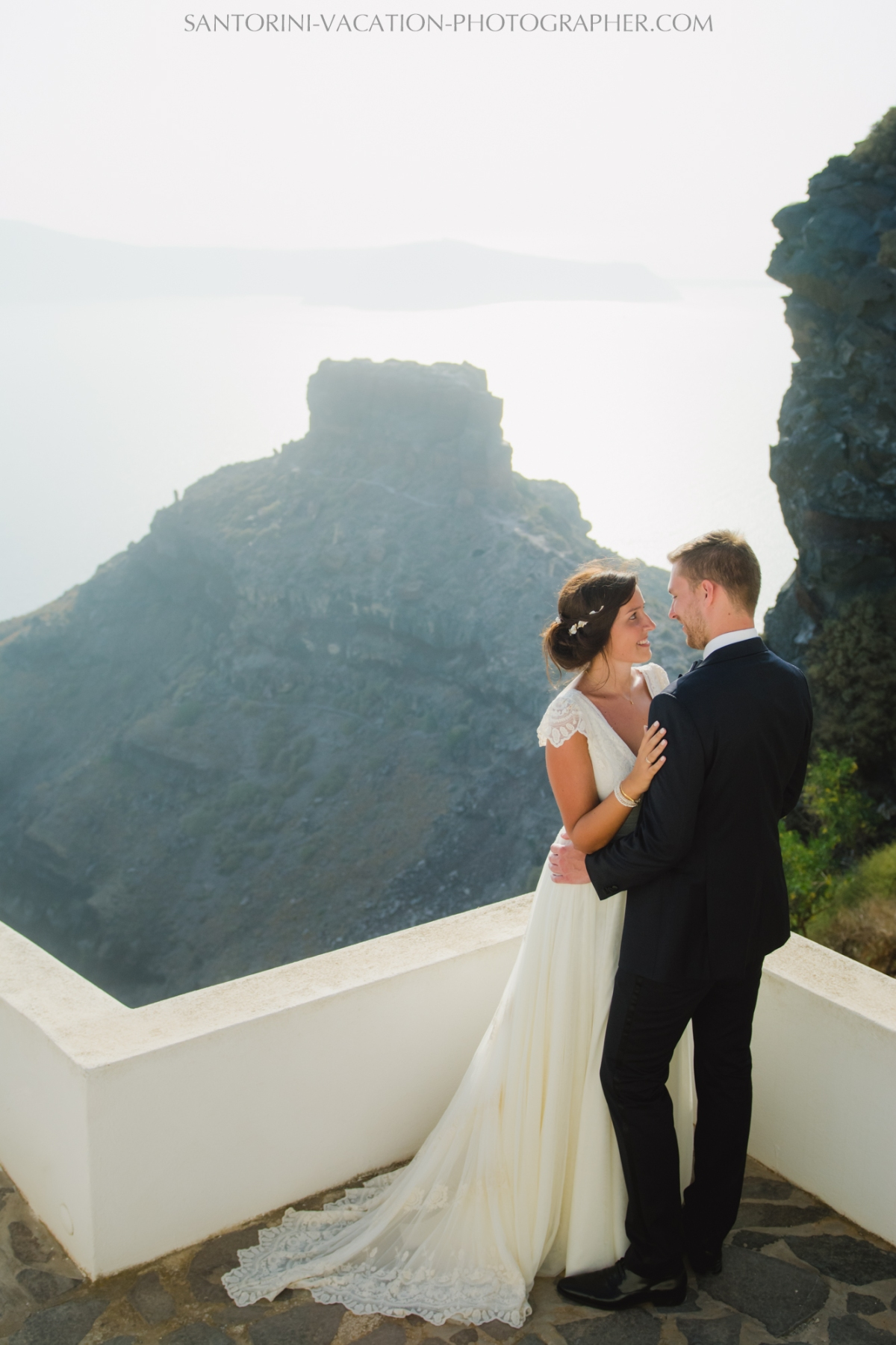 photo-session-santorini-caldera-honeymoon-wedding-dress