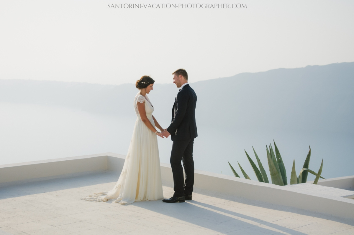 santorini-photographer-couples-photo-session-vacation-honeymoon-3