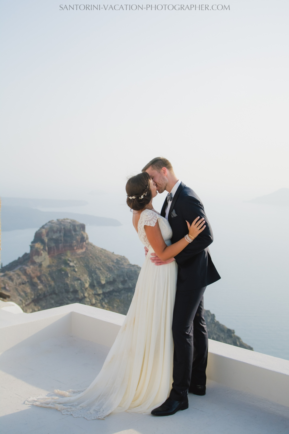 santorini-photographer-couples-photo-session-vacation-honeymoon-4