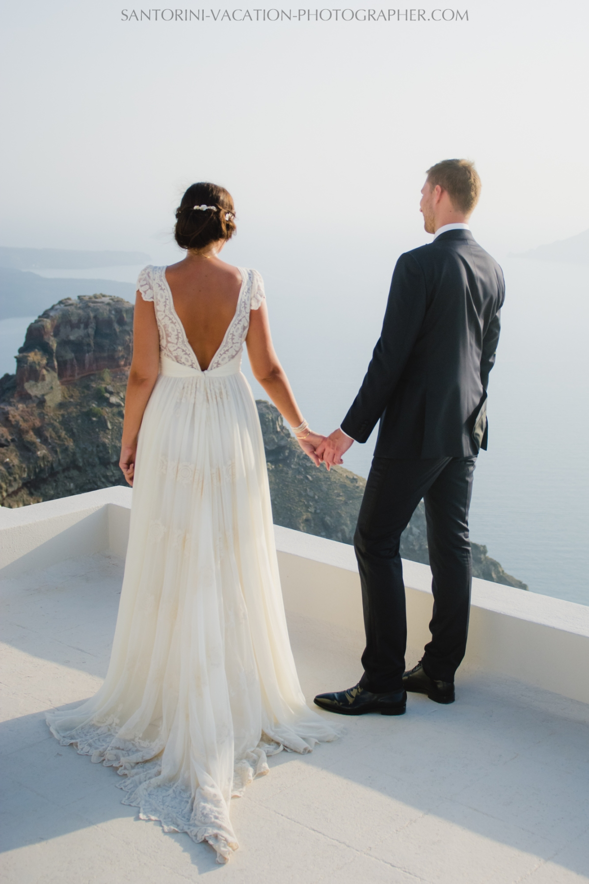 santorini-photographer-couples-photo-session-vacation-honeymoon