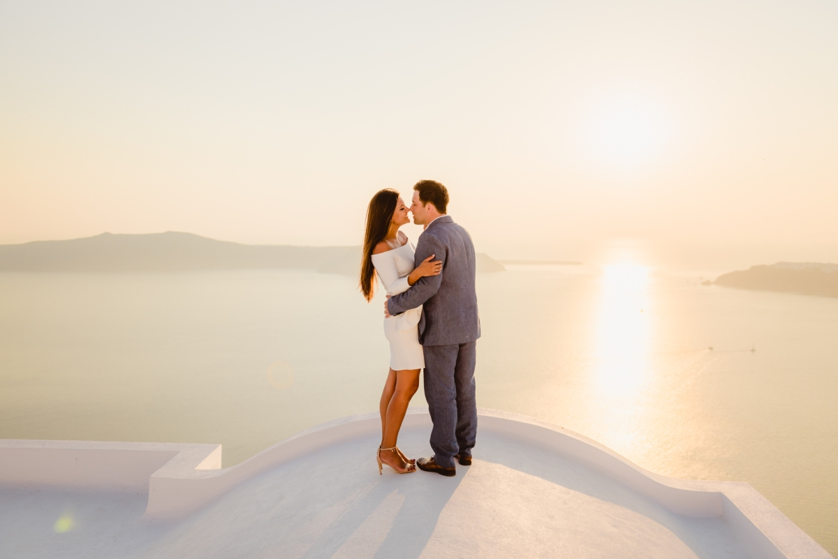 Santorini-sunset-photo-shoot-honeymoon-post-wedding-002