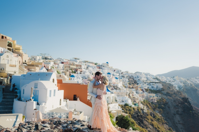 Santorini couple kiss
